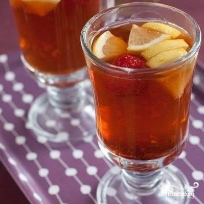 Наконец, разливаем по чашкам настоявшийся чай. Подаем сразу же, пока не остыл.