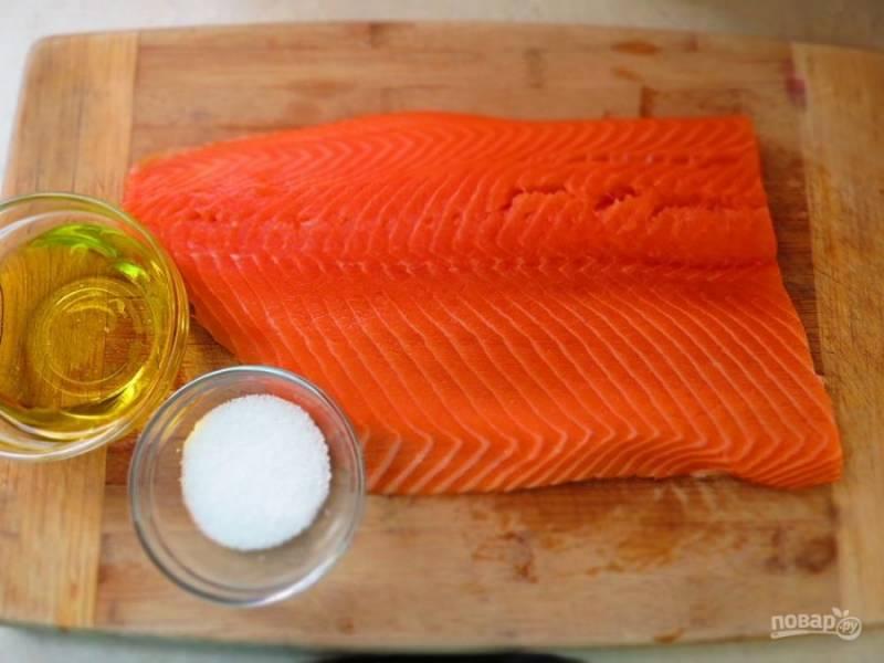 Подготовьте масло и соль. Рыбку промойте, убедитесь, что в филе нет костей. Просушите его.