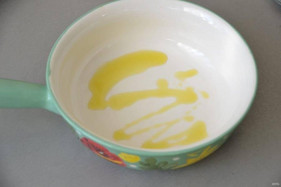Смажьте дно формы для запекания оливковым маслом.