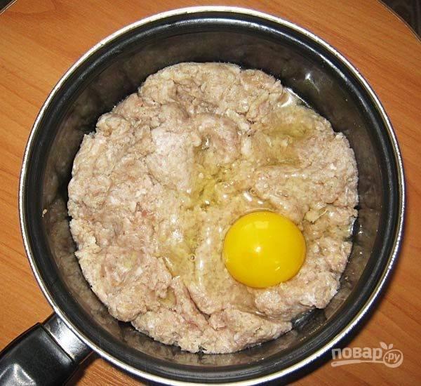 1. Для таких котлет можно брать любой готовый фарш. На этот раз у меня была свинина и индейка. Котлетки будут вкусными и из телятины с куриным филе. В любом случае берите мясо или фарш на ваш вкус. Добавьте к нему яйцо, соль, специи, ломтик хлеба (замочите его предварительно в воде или молоке) и измельченный при помощи мелкой терки лук.