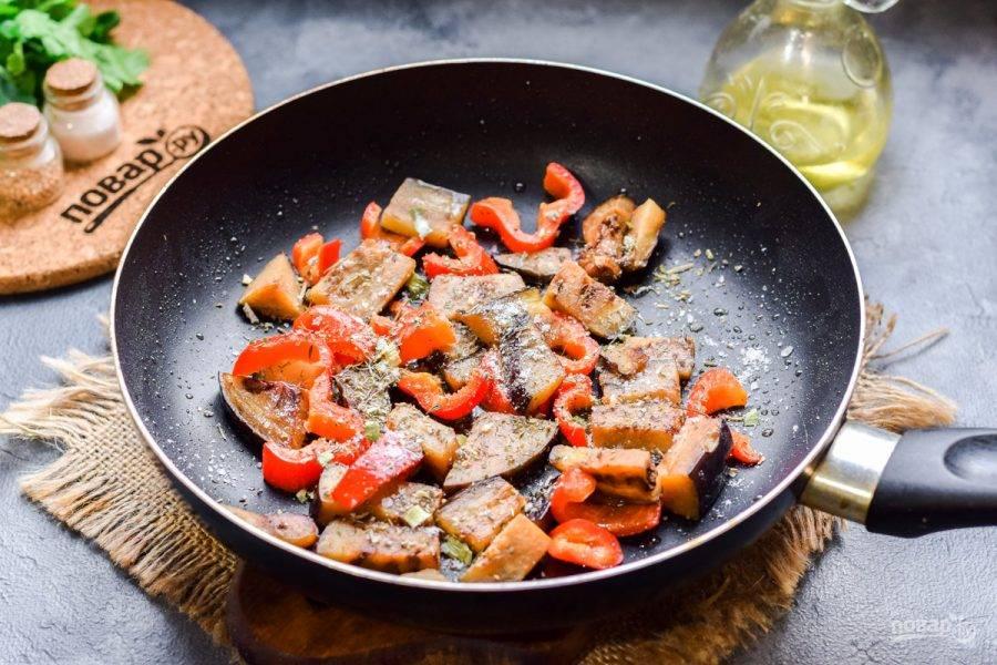 Добавьте в сковороду все выбранные специи, соль и перец.