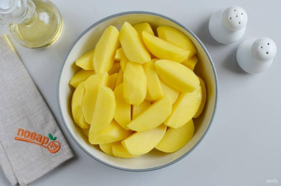 Через час достаньте мясо и подготовьте картофель. Снимите кожуру, порежьте на 4 части, если картофель мелкий можно не резать.