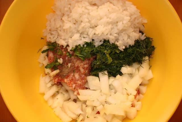 Смешиваем свиной фарш, отварной рис, измельченную луковицу и зелень. Соль и перец по вкусу.