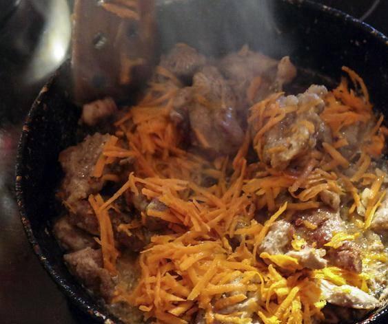 1. Мясо режем, натираем приправами и на растительном масле обжариваем до появления корочки с морковью.