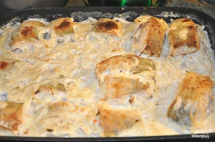 Рыбу поставить в духовку. До момента закипания соуса температура должна быть 200 градусов, после этого снизить до 180 градусов. В процессе приготовления рыбу необходимо время от времени поливать соусом. Как только рыба запечется - она готова. Приятного аппетита!