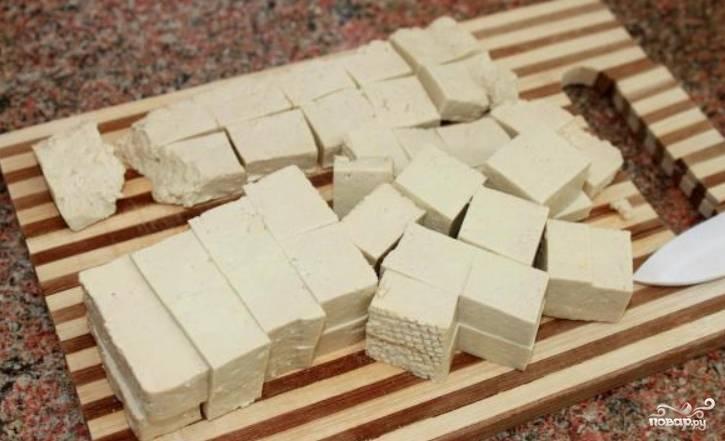 Небольшими кубиками нарежьте сыр тофу.