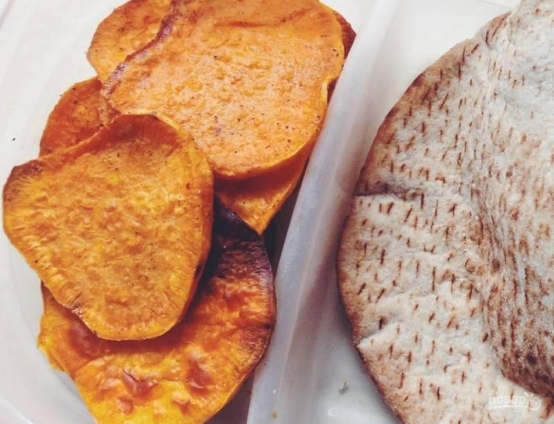 3.Отправьте противень в разогретый до 200 градусов духовой шкаф на 10 минут, затем достаньте и переверните каждый ломтик, снова поставьте на 10 минут. Подавайте чипсы к соусу или ешьте так.