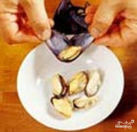3.Вынуть из сковороды мидии и остудить. Освободить моллюски из раковин. Те мидии, которые не раскрылись, выбросить.