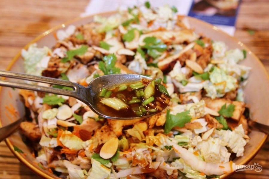 Поверх овощей выложите курицу, миндаль полейте заправкой и перемешайте. При подаче посыпьте кунжутом. Салат готов!