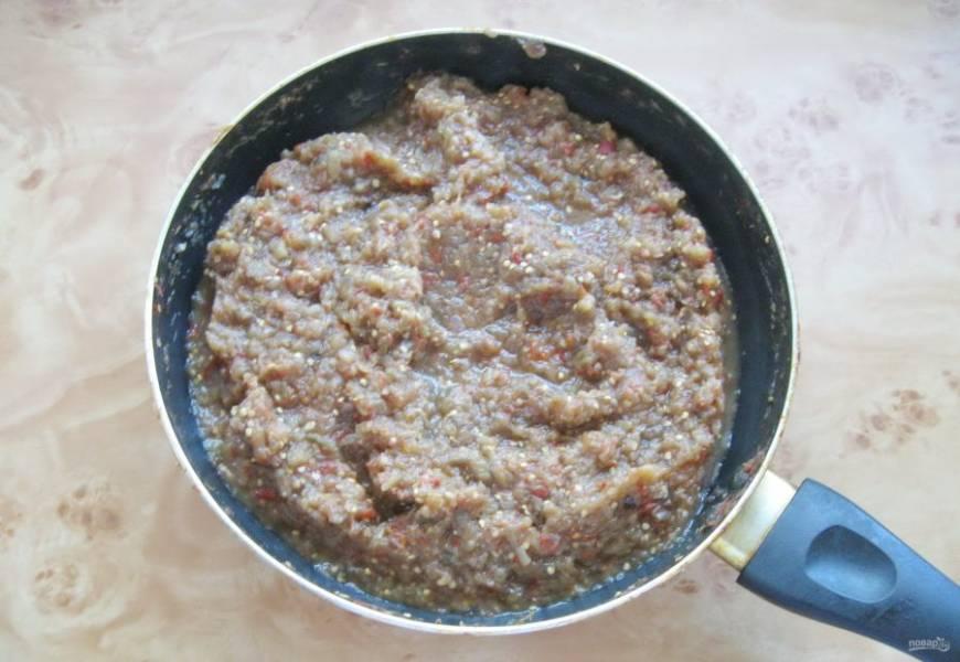 Перемешайте все ингредиенты для икры и тушите на небольшом огне 35-40 минут, периодически перемешивая. Через 20 минут приготовления влейте подсолнечное масло, добавьте сахар и соль по вкусу.