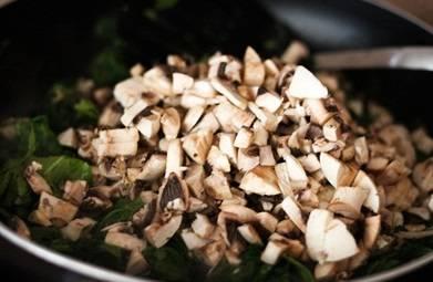 3. За шпинатом в сковороду идут измельченные шампиньоны.