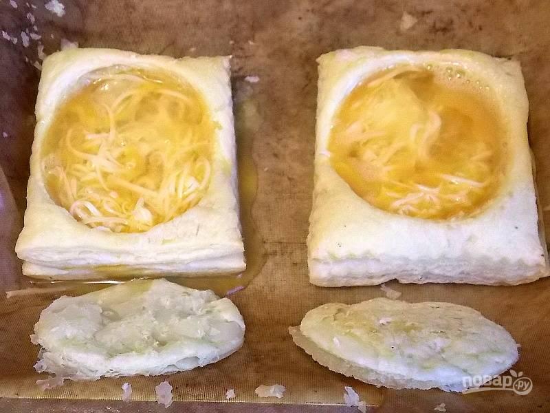Положите в углубление сыр и влейте яйцо.