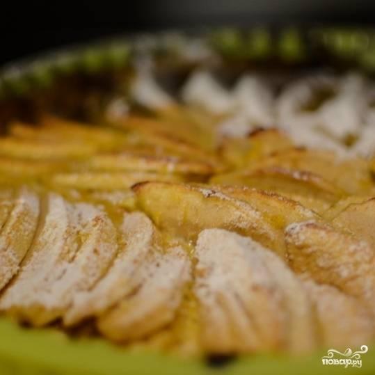 16. Присыпьте политый маслом пирог сахарной пудрой и отправьте в горячую духовку еще на 5 минут, чтобы сахар карамелизировался.
