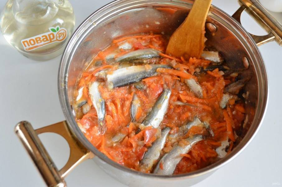 7. Добавьте соль, сахар, перец и перемешайте осторожно. Закройте кастрюлю крышкой и томите с момента закипания полтора часа.