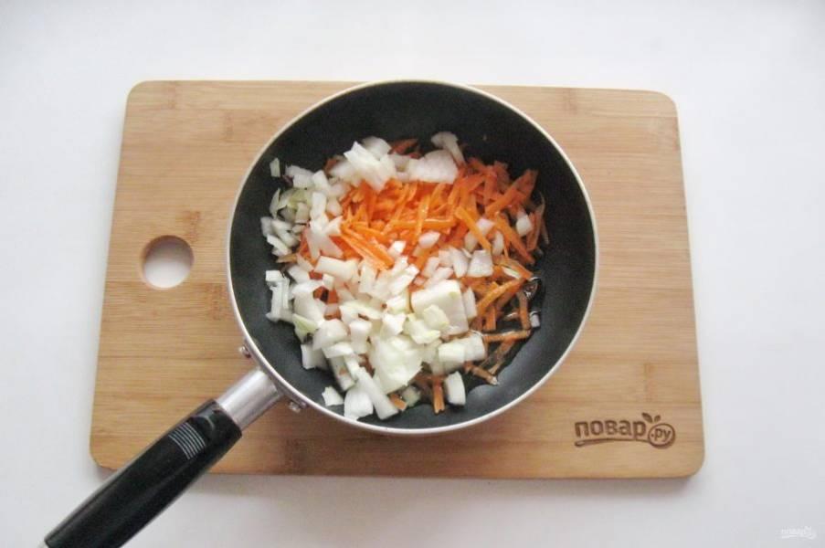 Морковь и лук очистите, помойте. Лук мелко нарежьте, а морковь натрите на терке. Выложите в сковороду с подсолнечным маслом.