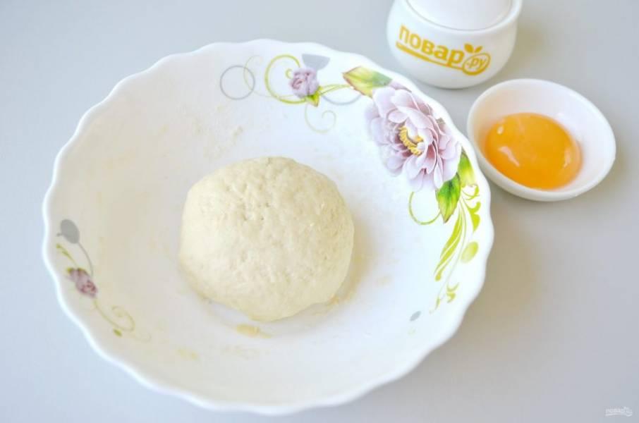 4. Соберите тесто в ком, оберните пищевой пленкой и уберите в холодильник на 40-50 минут.