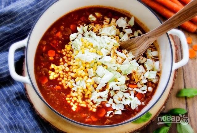 3.Спустя необходимое время добавьте в кастрюлю свежую кукурузу, измельченную капусту, перемешайте и варите до готовности.