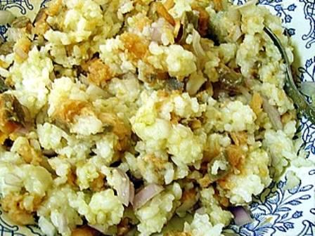 2. Отвариваем рис и тем временем измельчаем в блендере фарш с зеленью. Вареный рис следует немного остудить до комнатной температуры и смешать с полученной массой.