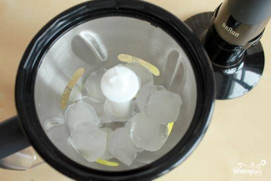 Вливаем в массу полстакана ледяной воды и сразу же активно взбиваем в блендере. При помощи специальной функции блендера, либо вручную измельчаем кубики льда в стружку и добавляем ее в коктейль.