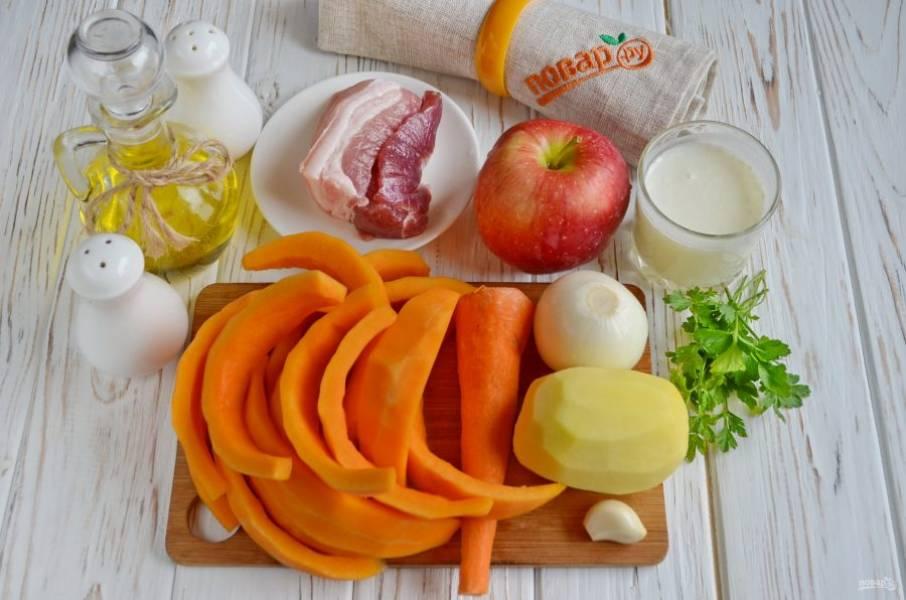 Подготовьте продукты.  Очистите все овощи от кожуры, у тыквы срежьте внутренний волокнистый край. Четвертую часть тыквы порежьте маленькими кубиками, остальную — крупно.