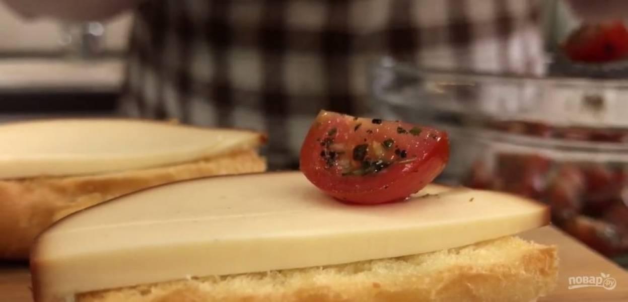 4.  Оставшиеся помидоры разрежьте на небольшие ломтики, смешайте с бальзамическим уксусом, специями, растительным маслом и солью. Перемешайте. На поджаренную булочку выложите ломтик сыра и помидоры в соусе.