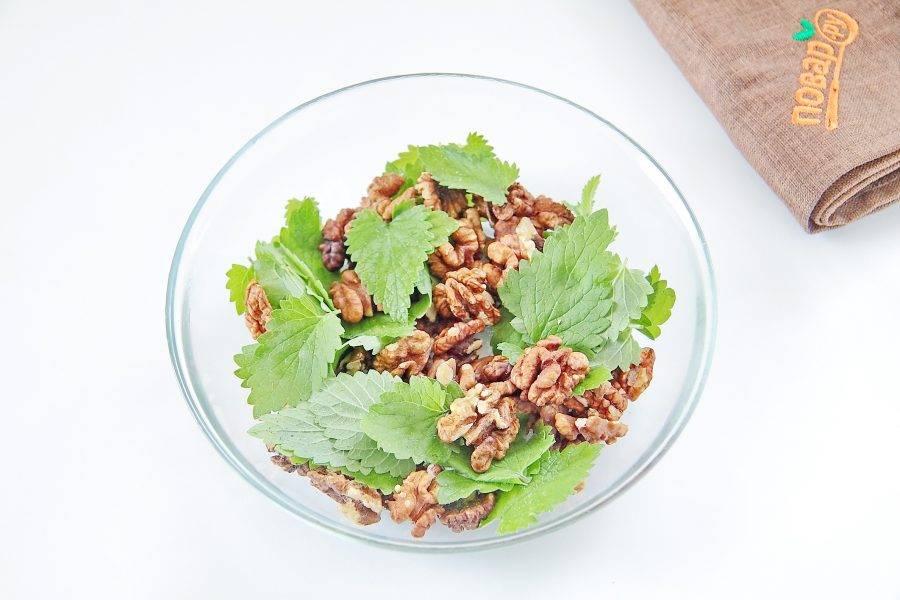 2. Соедините орехи и листочки мяты. Грецкие орехи по желанию можно заменить на любые другие на ваш вкус.