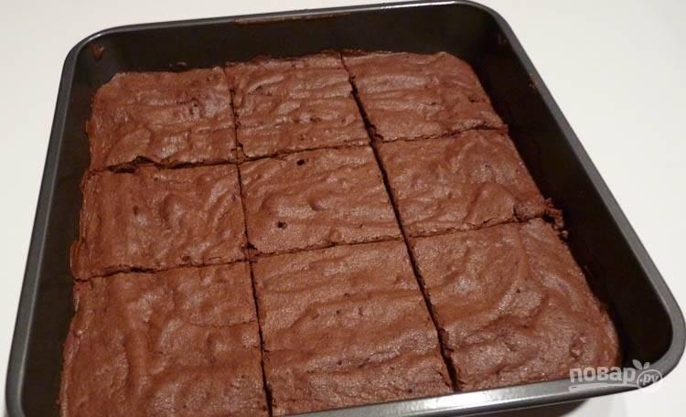 11.Запекайте около 20 минут, затем проверьте готовность зубочисткой, разрежьте десерт на кусочки.
