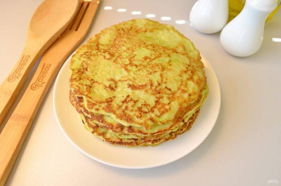 Приготовьте все блины, пусть немного остынут. Приготовьте начинку-крем, для этого отварите яйца, очистите и натрите их на мелкой терке, добавьте измельченный чеснок, соль, перец, майонез. Перемешайте.