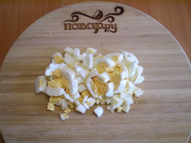 3. Яйца порубите острым ножом на кубики.