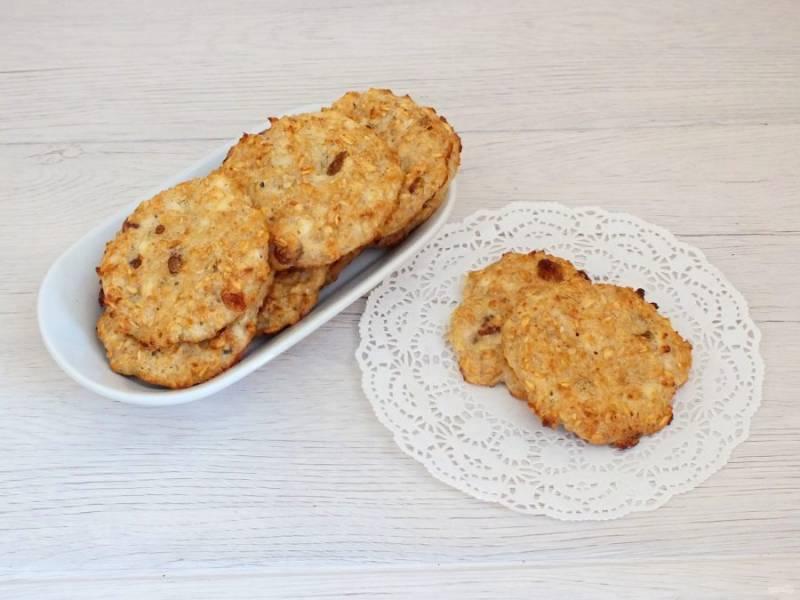 Готовое печенье достаньте из духовки. Оставьте на противне до полного охлаждения. После снимите с листа. Переложите в вазочку.