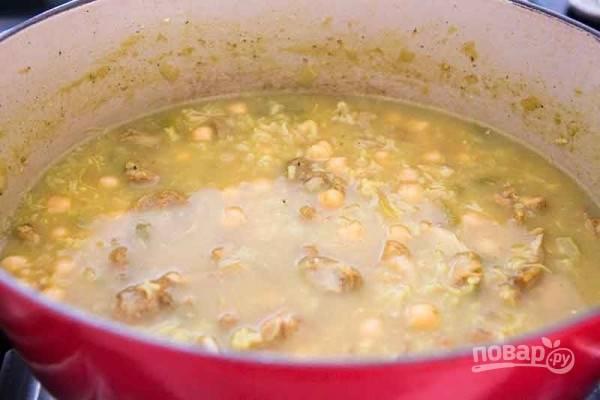 4.Добавьте нут, рис, лимонный сок, доведите до кипения и варите 20 минут до готовности риса.