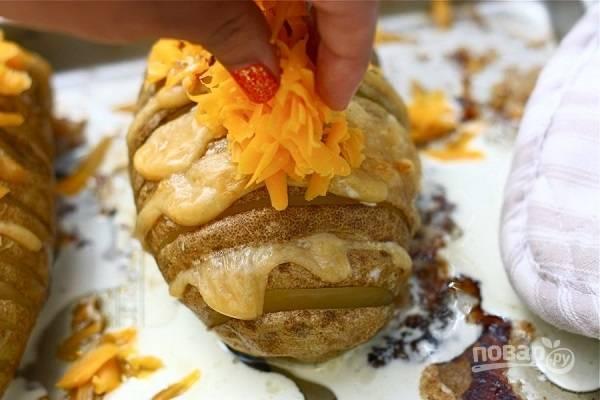 7. Чтобы сделать корочку еще более аппетитной, достаньте противень примерно через 45-50 минут и присыпьте сверху тертым сыром.