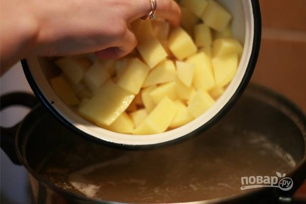 И добавьте очищенный, промытый и нарезанный кубиками картофель.