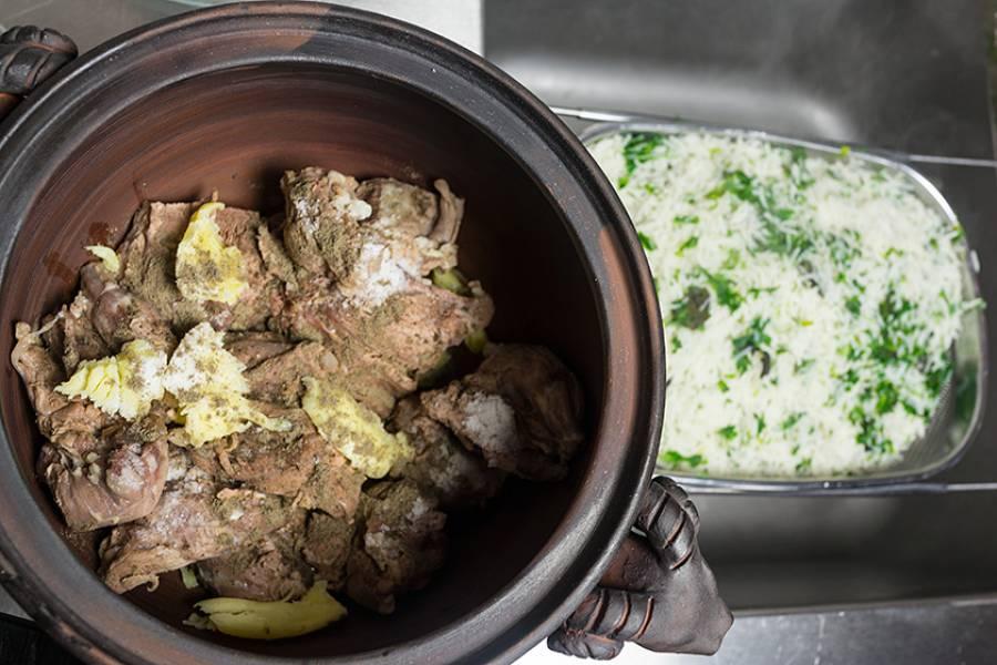 4. А теперь выкладываем в горшок или горшочки слоями рис и мясо. Заливаем бульоном от мяса, закрываем крышками и отправим в раскаленную до 200 градусов духовку.