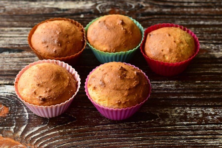Отправьте кексы в разогретую до 190 градусов духовку на 25-30 минут.