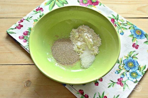 2. В глубокой мисочке соедините сахар, дрожжи и немного муки.