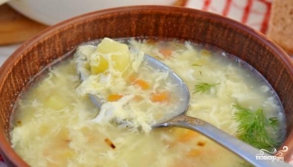 Тщательно перемешайте яйцо вилкой в супе, выключите огонь. Подавайте суп в горячем виде. Приятного вам аппетита!