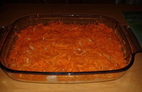 5. Выложить морковь в форму и разровнять. Для любителей чеснока можно пропустить через пресс пару зубчиков и добавить сверху.
