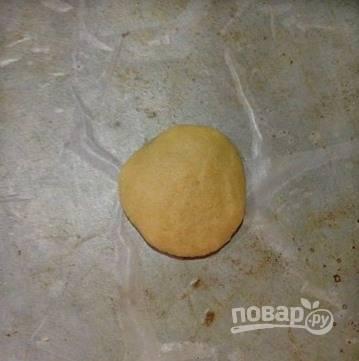 Разделите тесто на 12 кусочков и влажными руками сформируйте шарики.