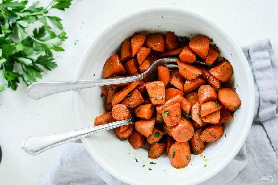 5. И в конце добавьте перец, измельчённую петрушку и соль. Всё перемешайте. Приятного аппетита!