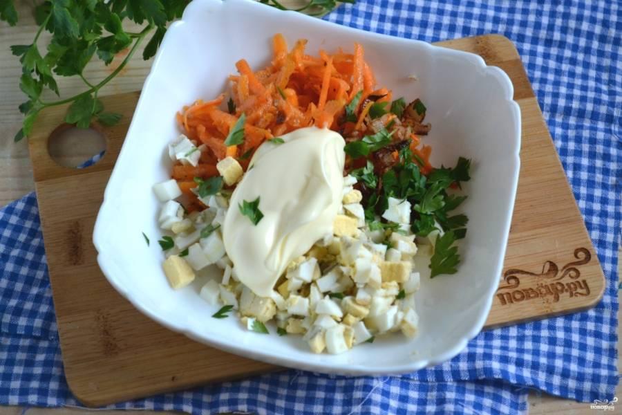 Смешайте лук, морковь, яйцо и мелко рубленную зелень. Смажьте майонезом.
