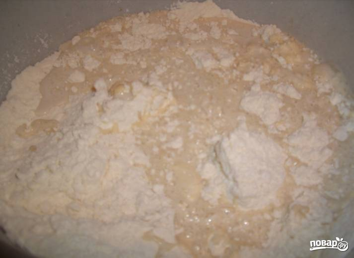 1.Подогреваю молоко, затем всыпаю дрожжи, перемешиваю и оставляю на 10 минут. В отдельной миске смешиваю заранее просеянную муку, сахар, желтки, соль. Через положенное время соединяю мучную и дрожжевую смесь.