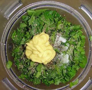 Добавить горчицу, масло, зелень и специи.