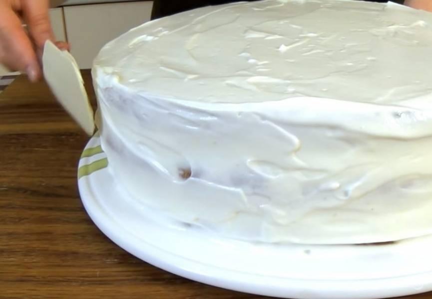6. Смажьте несколькими ложками крема блюдо, в котором торт будет подаваться, и соберите его, выкладывая между коржами по 1/3 части крема. Верх и бортики смажьте кремом. Поставьте в холодильник на 6 часов.