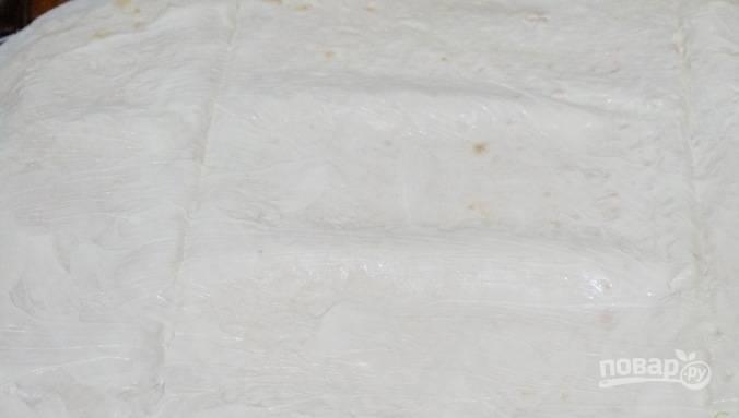 Каждый лист лаваша разложите и тонко смажьте майонезом.