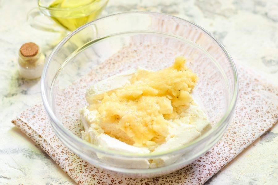 Разомните банан вилкой и добавьте в миску с творогом.