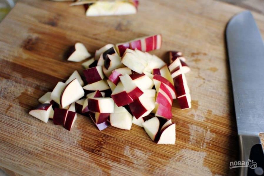 Яблоко нарежьте небольшими кусочками.
