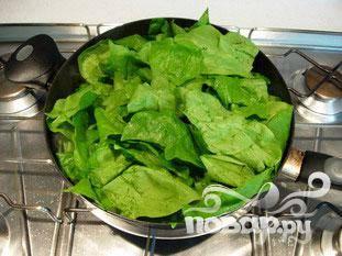 В сковороде растопить кусочек масла. Положить весь шпинат сразу.