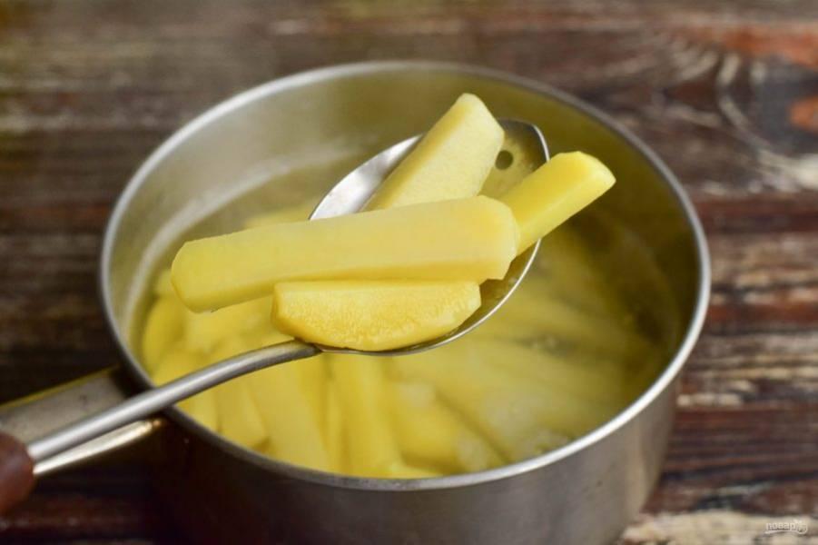 Воду доведите до кипения, добавьте в нее 3 щепотки соли, выложите картофель. Варите его 5 минут. Затем достаньте его и вытрите бумажным полотенцем лишнюю воду.