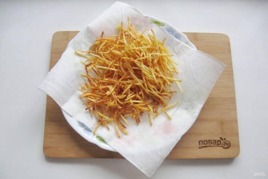 В кастрюле с толстым дном хорошо накалите подсолнечное рафинированное масло, пока не пойдет легкий дымок. Порциями закладывайте картофель в кипящее масло и обжаривайте по 5-6 минут до золотистого цвета. Готовый жареный картофель Пай выкладывайте на бумажное полотенце.